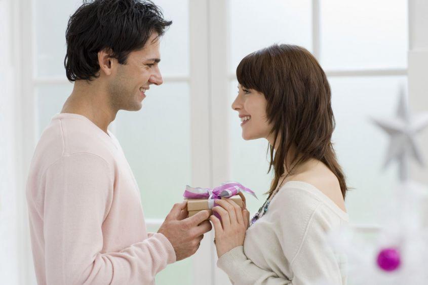 Почему мужчина дарит подарки женщине с которой встречается 62
